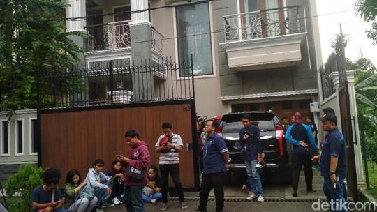 Polisi Gelar Olah TKP di Kediaman Angel Lelga