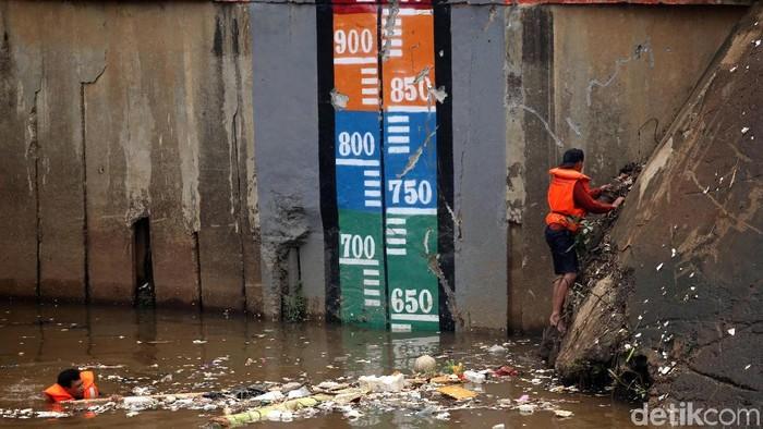Sampah memenuhi area Pintu Air Manggarai. Curah hujan yang tinggi menjadi penyebab sampah itu hanyut dan terbawa hingga ke Pintu Air Manggarai.