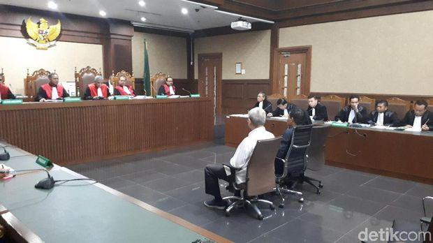 Sidang eks anggota DPRD Sumut menjalani sidang pembacaan dakwaan di Pengadilan Tipikor, Rabu (28/11/2018)