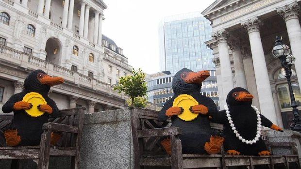 Patung Lego Niffler Si Pencuri Emas Berkeliaran Keliling Kota London