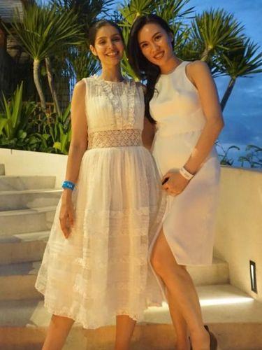 Cynthia Tan bersama Kat, istri Christian Bautista, yang memakai gaun karya Cynthia di pernikahannya.