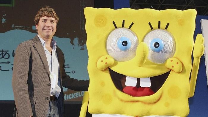 Stephen Hillenburg dan tokoh fiksi ciptaannya Spongebob SquarePants. (Foto: Junko Kimura/Getty Images)