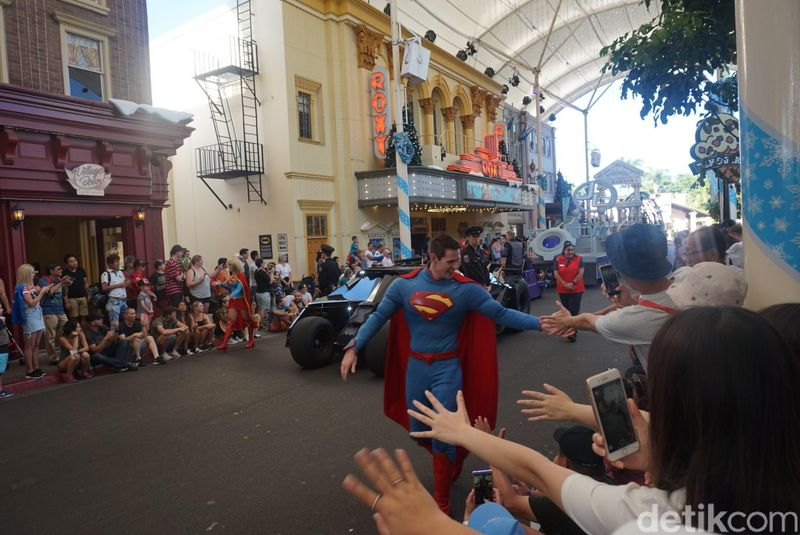 Beginilah keseruan main ke Taman Rekreasi Movie World di Gold Coast, Australia. Di sini, traveler bisa berjumpa dengan superhero idola, bahkan bisa salaman sama mereka. (Melisa/detikTravel)