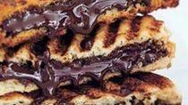 Siapa Mau Sarapan Roti Bakar Cokelat yang Legit Ini?