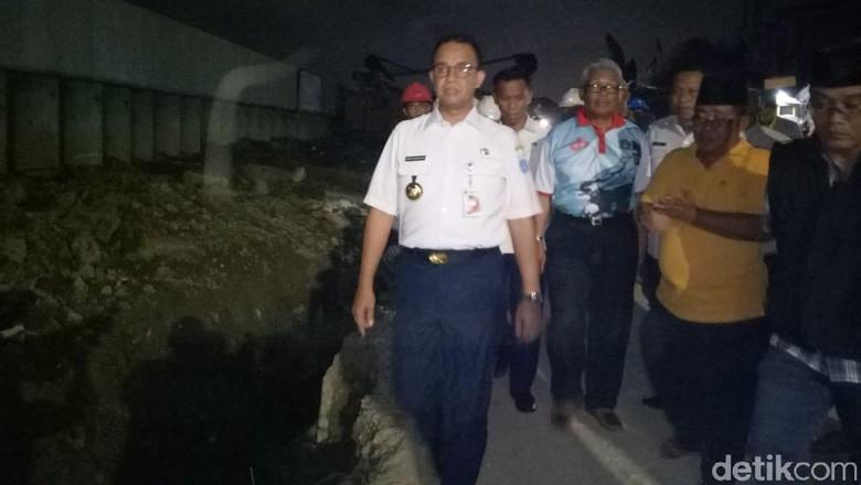 Anies Pantau Tanggul di Kawasan Rawan Rob Kamal Muara Jakut
