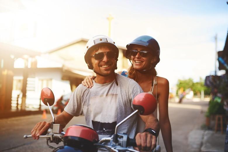 Ilustrasi pasangan naik motor. Foto: iStock