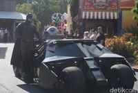 Batman bersama batmobilenya juga tak ingin ketinggalan. Traveler jangan ketinggalan momen ini untuk memotret aksi mereka ya! (Melisa/detikTravel)