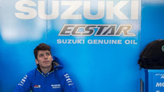 VALENCIA, SPAIN - NOVEMBER 20:  Joan Mir of Spain and Team Suzuki ECSTAR (R) speaks with mechanics in box during the MotoGP Tests In Valencia at Ricardo Tormo Circuit on November 20, 2018 in Valencia, Spain.  (Photo by Mirco Lazzari gp/Getty Images)