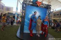 Berfoto dengan Superman dan Supergirl (Melisa/detikTravel)