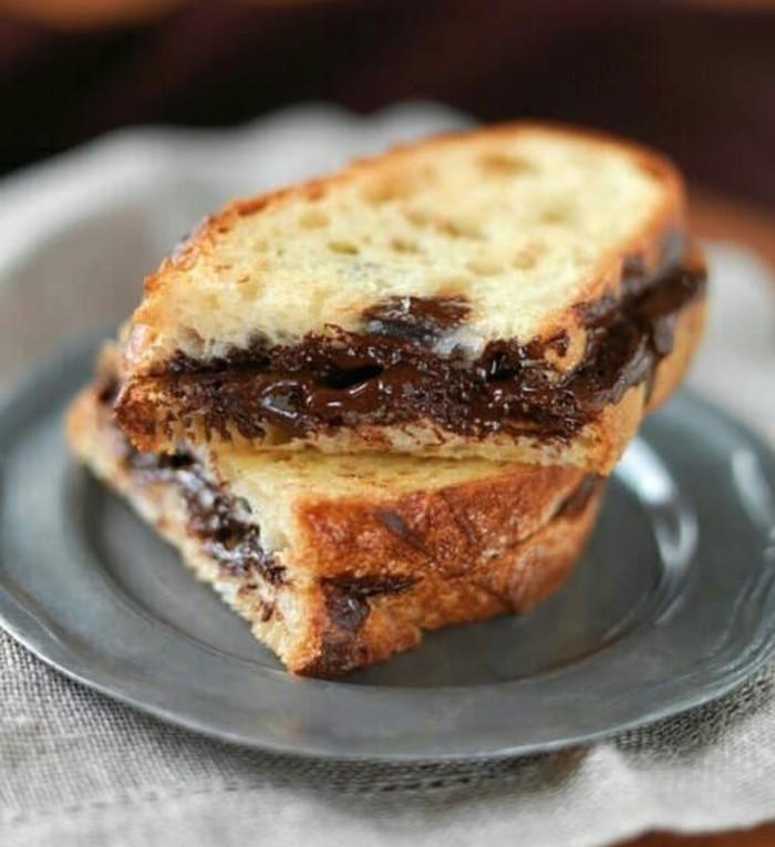 Versi klasik dan sederhana, irisan roti loaf dipanggang kemudian diolesi selai cokelat. Nyam! Foto: Instagram @ilovefood1980