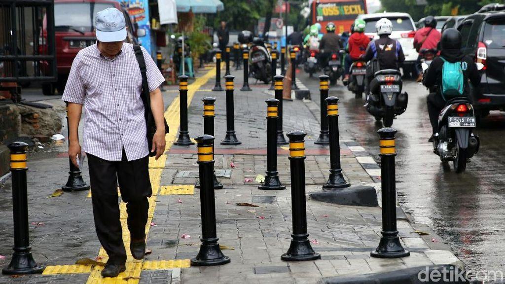 Potret Bollard yang Terpasang di Trotoar Jakarta