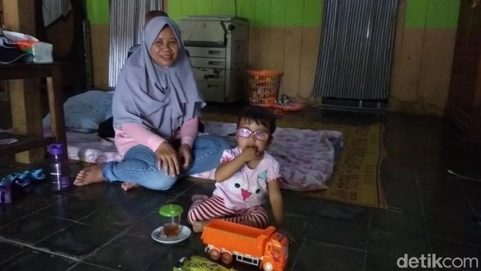 Ayni dengan ditemani ibunya saat bermain mobil-mobilan. (foto: Eko Susanto/detikcom)