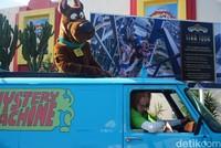 Ada juga Shaggy dan Scooby Doo yang ikut berparade. Mereka naik mobil misteri. (Melisa/detikTravel)