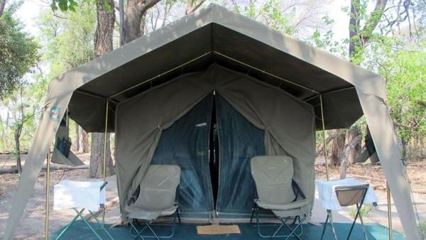 Tenda penginapan di Footsteps Across the Delta, Delta Okavango Botswana. Botswana adalah negara kering, 70% wilayahnya berupa gurun dan hanya hujan selama 2 bulan (Tim Johnson/BBC Travel)