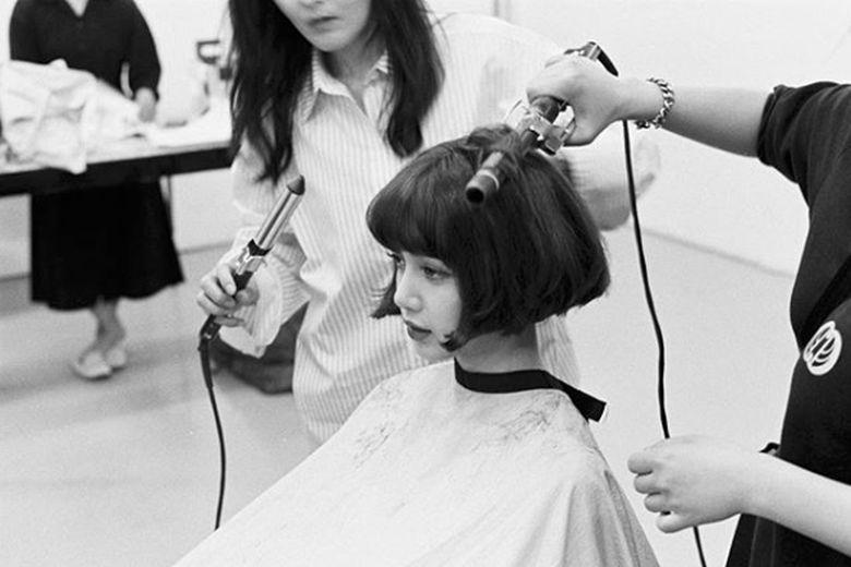 Lisa BLACKPINK membuat heboh kala mengunggah foto dirinya tengah potong rambut.Dok. Instagram/lalalalisa_m