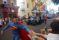 Satu per satu superhero turun dari singgasana dan berjalan mendekati para penonton. Mereka langsung mengulurkan tangan dan menjabat tangan kami secara hangat. Kapan lagi bisa salaman sama Superman? (Melisa/detikTravel)