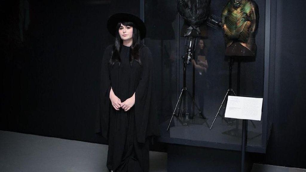 Ini Sosok Wanita Gothic di Balik Makeup Canggih yang Bisa Berubah Warna