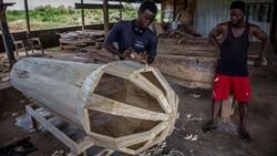 Urusan mengubur kerabat yang meninggal punya arti spesial di Ghana. Peti mati berbentuk unik mulai dari kendaraan hingga buah-buahan bisa disiapkan.