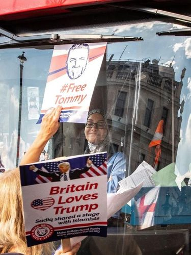 Viral, Supir Berhijab di London Tetap Tersenyum Saat Diserang Demonstran