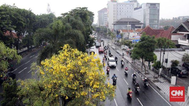 Kondisi lalu lintas di salah satu jalan di Surabaya.