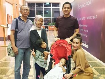 Bahkan, pada awal November lalu sang ibu masih sempat menemani Ayu dan keluarganya makan bersama. Kini, kebersamaan Ayu Dewi dengan sang bunda bisa jadi kenangan manis. Selamat jalan Bunda Sekar Dewi. (Instagram @mrsayudewi)