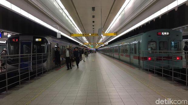 Penampakan salah satu peron stasiun di Jepang