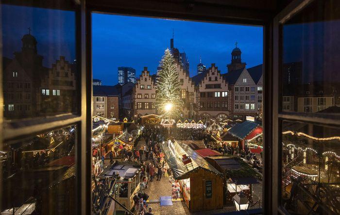 Menjelang Natal sebuah pasar yang berlokasi di kawasan Frankfurt, Jerman mulai ramai dikunjungi oleh warga dan juga wisatawan. Pasar itu menjual beragam kebutuhan dan dekorasi untuk menyambut Natal.