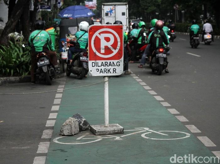 Potret jalur sepeda yang kerap tidak bisa dilintasi (Foto: Rifkianto Nugroho)