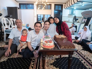 Sebagai anak tunggal, wajar kalau Ayu dekat banget sama sang Bunda. Perayaan ulang tahunnya pun dihabiskan Ayu Dewi bersama ibu dan ayahnya. (Instagram @mrsayudewi