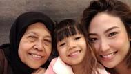 5 Foto Kenangan Manis Ayu Dewi Bersama Mendiang Sang Bunda