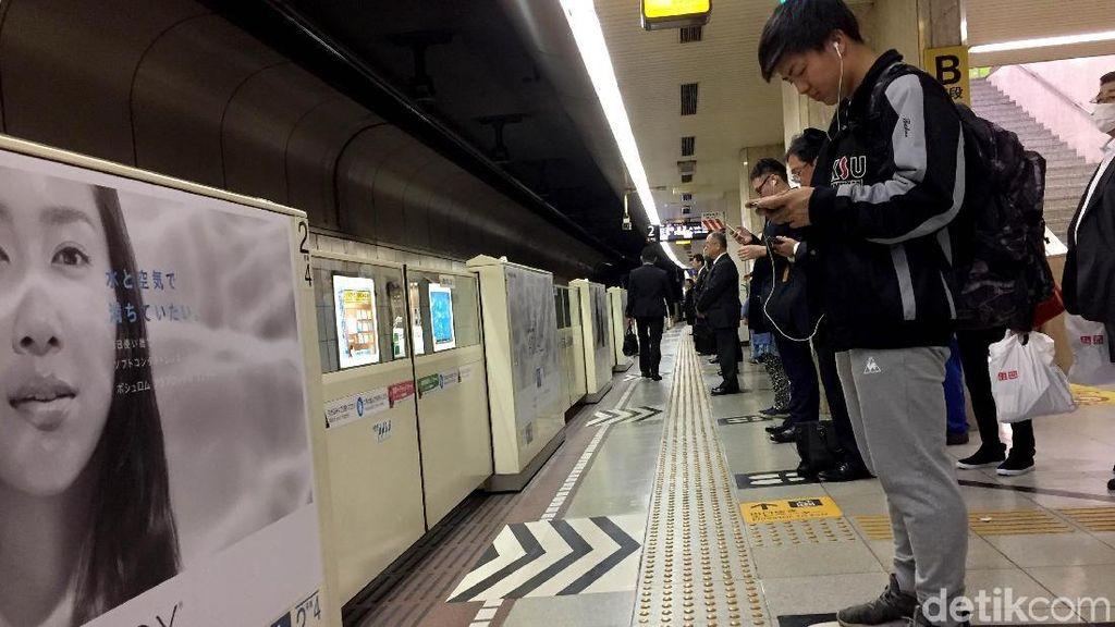 Tertibnya Antrean Orang Jepang di Stasiun yang Manjakan Mata