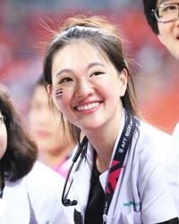 Yuk kenalan dengan Sirin Triwutpipatkul, tim medis Timnas Thailand di Piala AFF 2018. Kecantikan Sirin membuat traveler langsung gagal fokus dan jadi viral di media sosial (Instagram/@sirinlily)