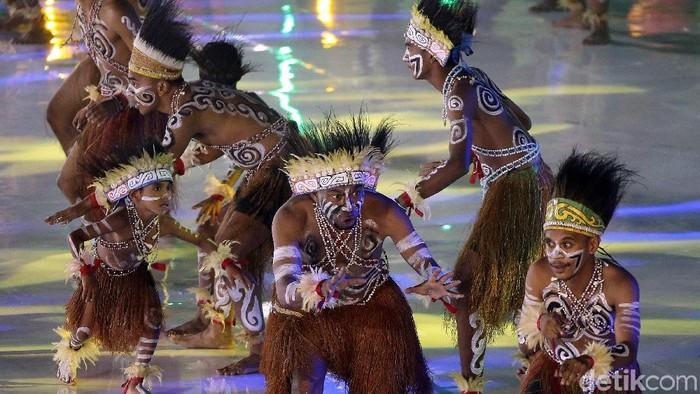 Pertunjukan seni budaya memeriahkan HUT ke-47 Korpri di Istora Senayan, Jakarta, Kamis (29/11/2018). Salah satunya adalah tarian asal Papua.