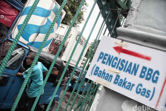Para sopir bajaj mengisi bahan bakar gas di SPBG Monas, Jakarta, Kamis (29/11/2018).
