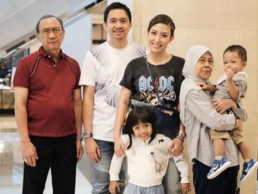 Saat menikmati weekend, Ayu memilih pergi bersama keluarganya. Formasi lengkap nih, ada suami, anak-anak dan orang tuanya. (Instagram @mrsayudewi)