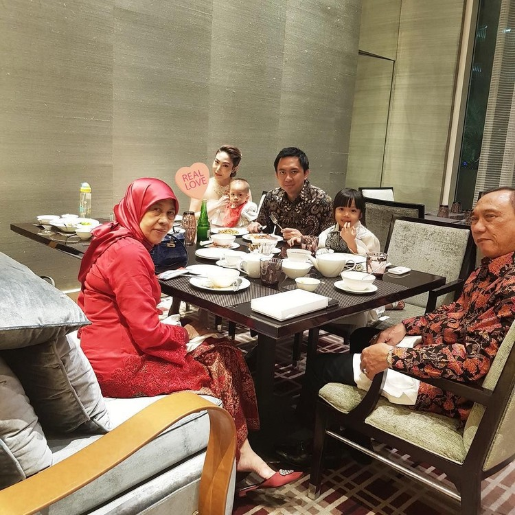 Ayu Dewi kerap menghabiskan waktu bersama orang tuanya. Datangke acar pernikahan pun, perginya bareng-bareng bersama ayah dan almarhum ibunya. (Instagram @mrsayudewi)