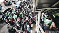 Hindari Hujan, Pemotor Parkir Sembarangan di Kolong JPO