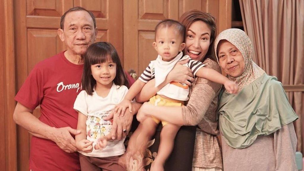 Kenangan Ayu Dewi tentang Almarhumah Ibunda Tercinta