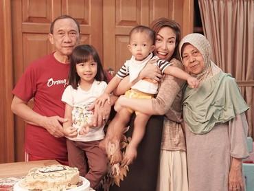 Sebelum sakit, pada Agustus lalu sang ibu, Sekar Dewi masih merayakan ulang tahun perkawinan yang ke-42. Ayu sedikit bercerita nih, kalau dulu mereka hidup sederhana namun penuh cinta. (Instagram @mrsayudewi)