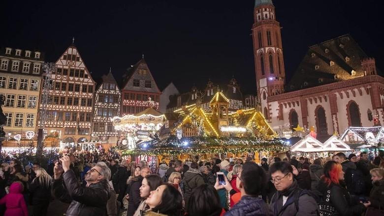Jelang Natal sebuah pasar di kawasan Frankfurt, Jerman mulai ramai dikunjungi warga. Pasar Natal itu diketahui menjadi yang terbesar dan tertua di Jerman.