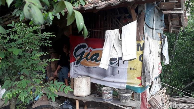 Lara Pak Bunah, Puluhan Tahun Tinggal di Gubuk Reyot