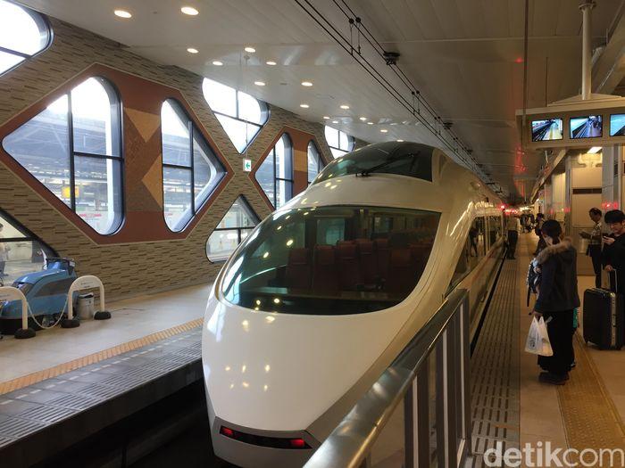 Romancecar adalah kereta ekspres eksklusif milik operator kereta Odakyu di Jepang.