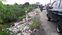 Jorok! Sampah Bau Berserakan di Pinggir Jalan Karang Satria Bekasi