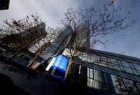 Kantor Digerebek, Bos Deutsche Bank Bela Manajemen