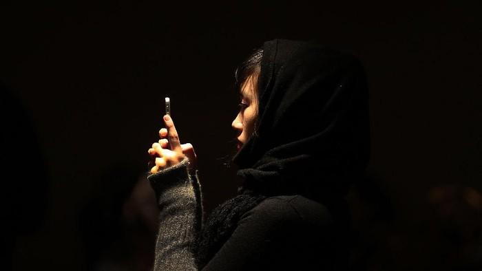 Ilustrasi menjaga privasi melalui ponsel. Foto: Spencer Platt/Getty Images