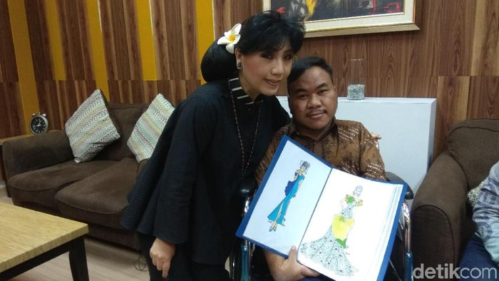 Anne Avantie kunjungi Rahmat designer difabel naik ojek. Foto: Aisyah/detikHealth