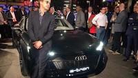 Robert Downey Jr memperlihatkan mobil baru Audi yang keren, Audi e-tron GT. Pool/Audi.