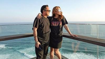 Momen Romantis Feby Febiola dan Suami yang Jarang Terekspos