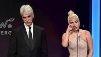 Masih baper, Lady Gaga nangis saat beri Bradley Cooper piala. Foto: Matt Winkelmeyer/Getty Images