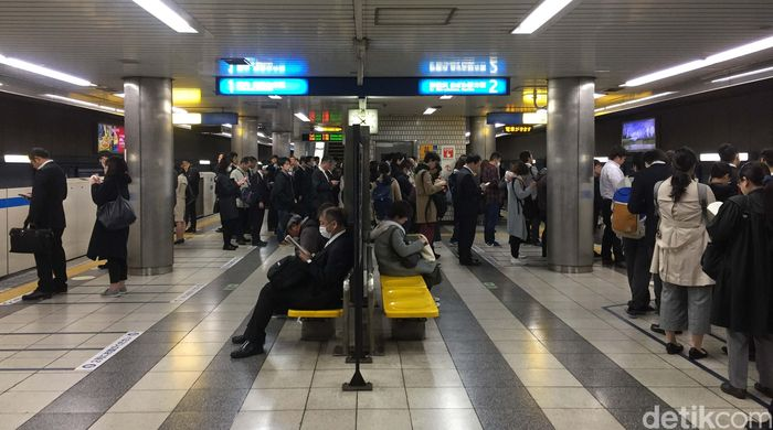 Ini adalah penampakan peron stasiun municipal subway di Yokohama, Prefektur Kanagawa, Jepang saat jam sibuk.